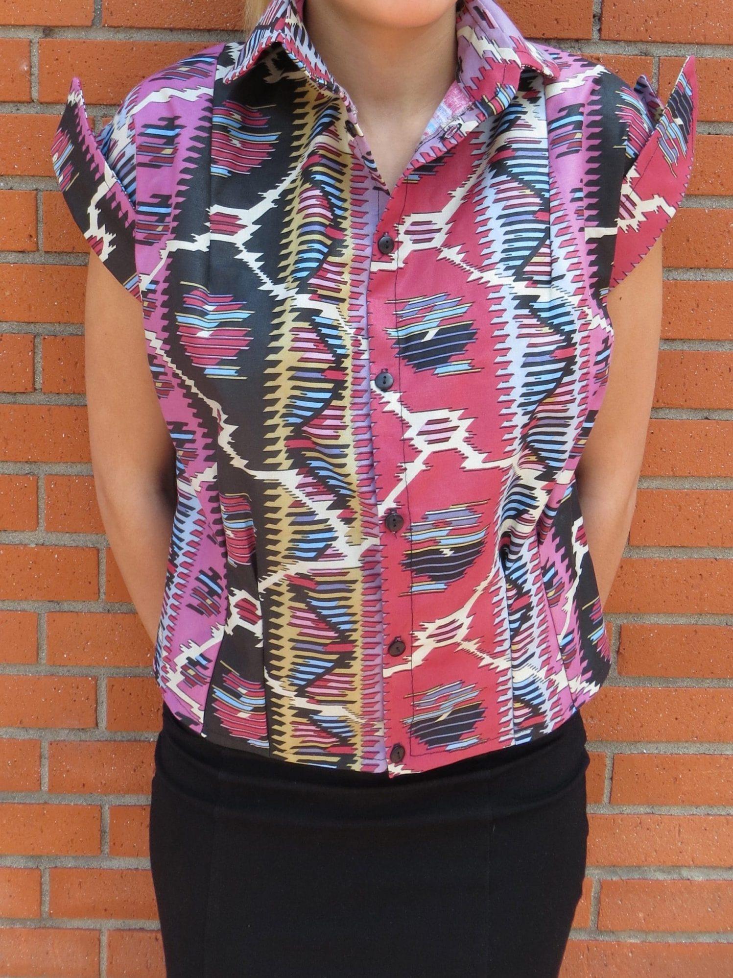 Une petite chemise motif aztèque avec manches et col