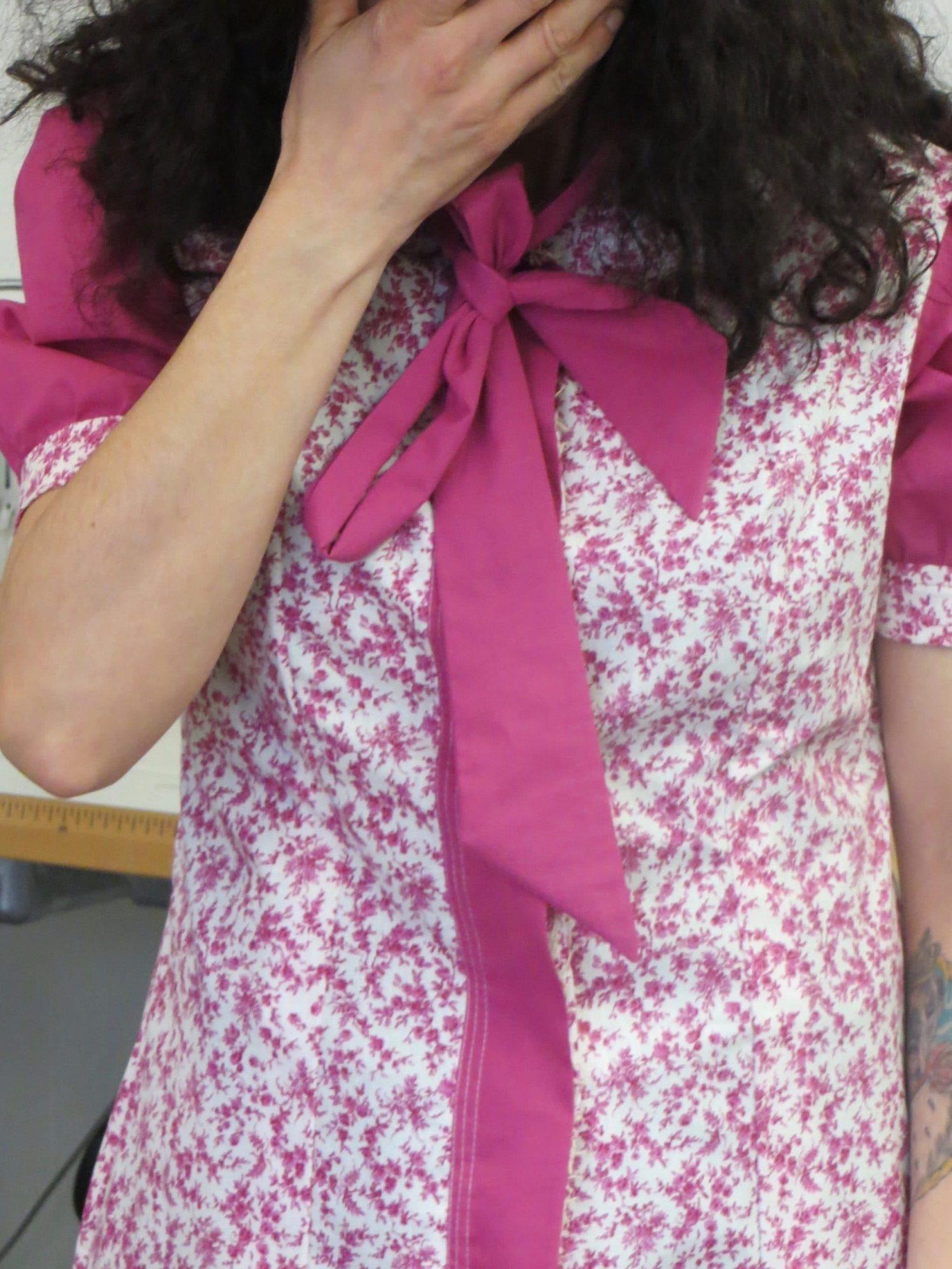 Une chemise fleurie, manches bouffantes