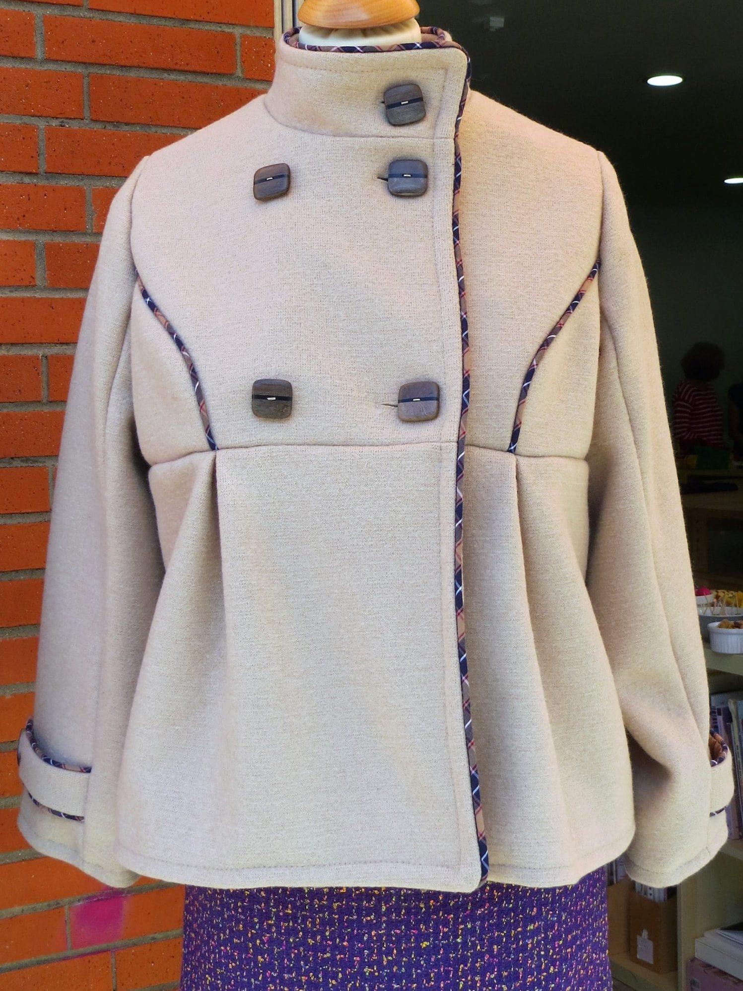 Manteau beige doublée avec passepoil