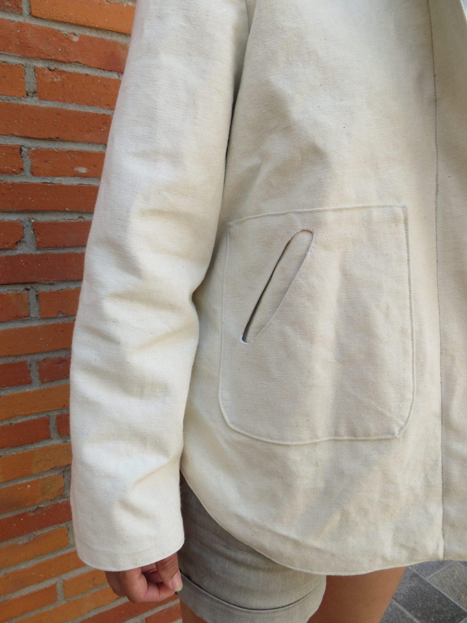 Une veste de sport avec poche