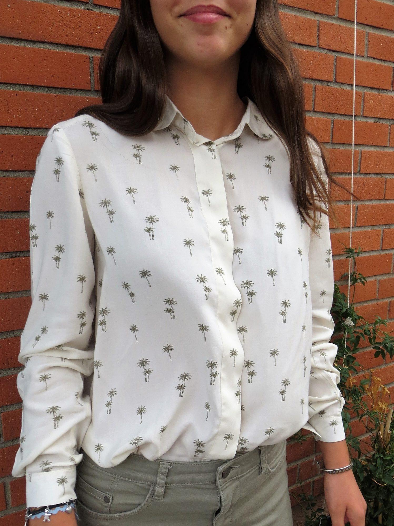 Une chemise manches longues, boutonnage caché avec sous-patte, motif palmiers