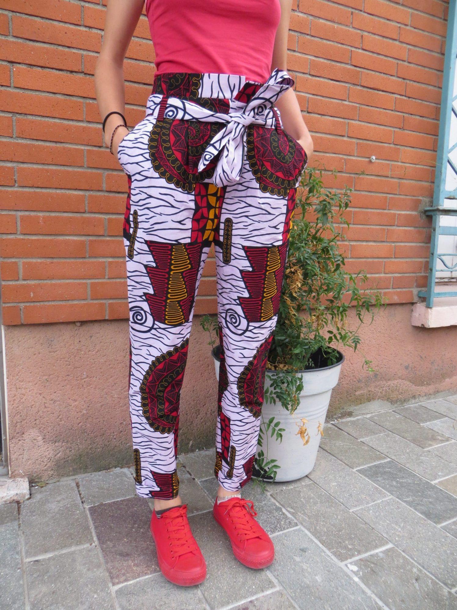 Un pantalon avec braguette et poche italienne, motif wax