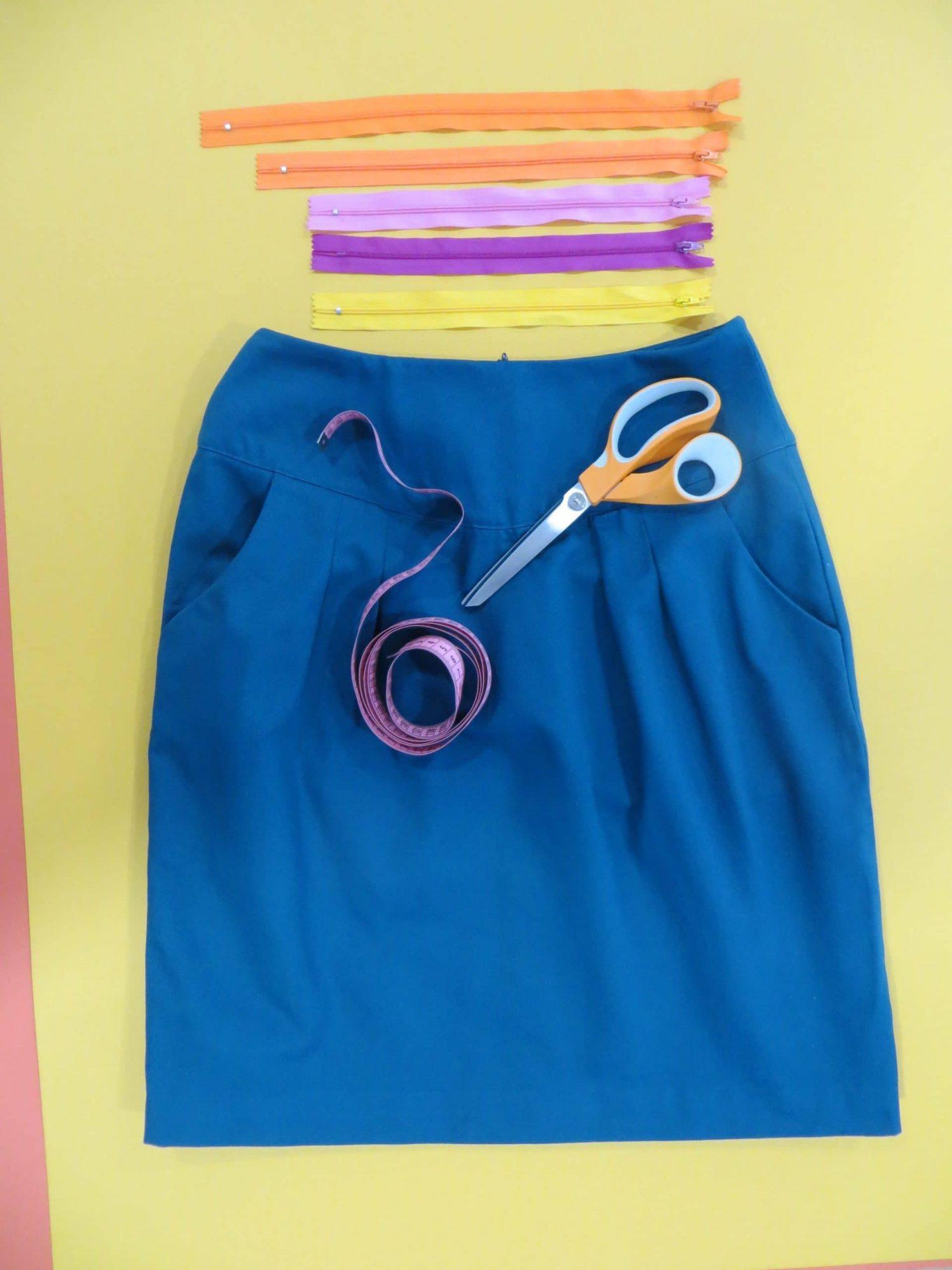 La jupe droit sur mesure, bleue unie