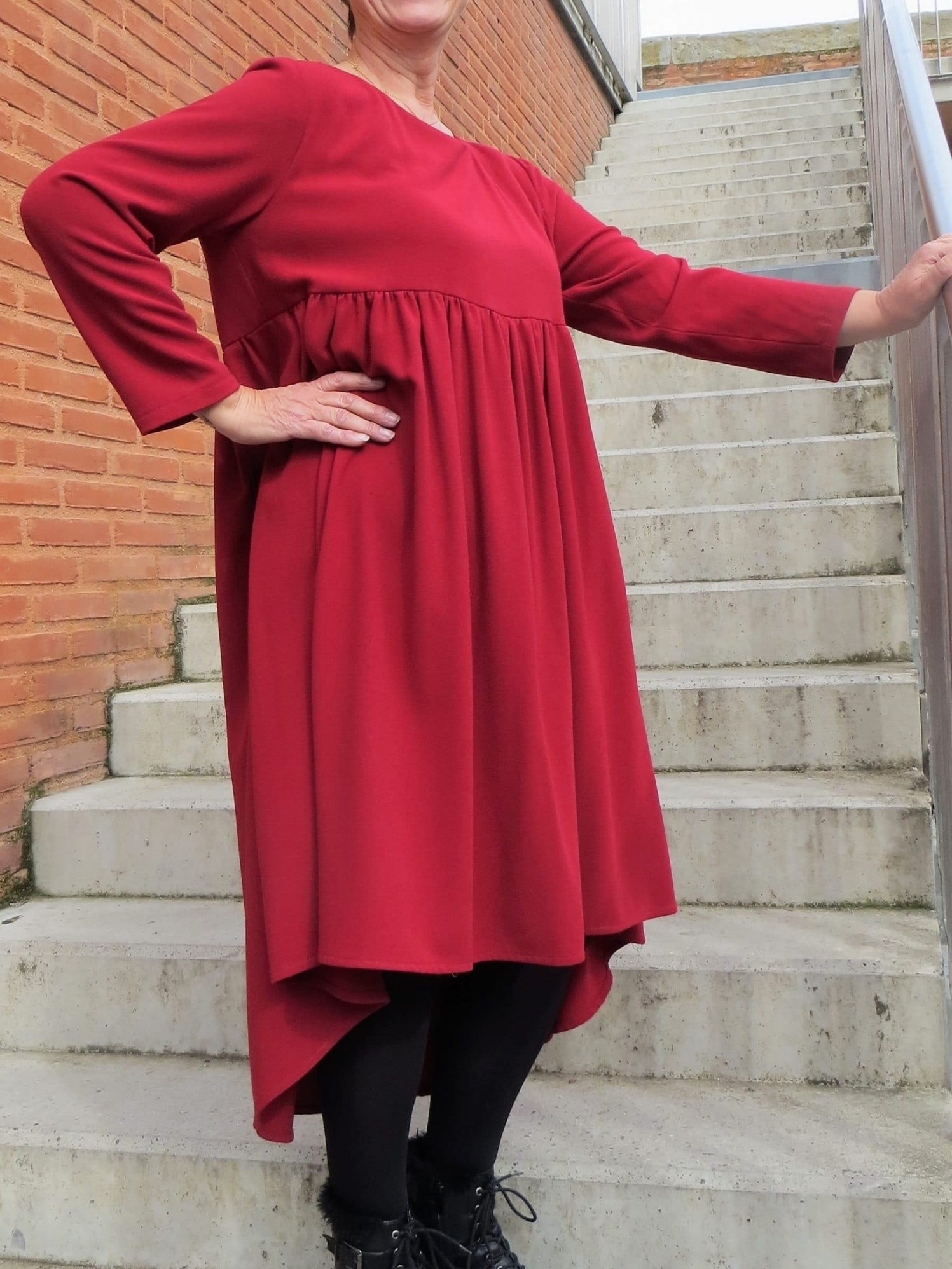 La robe foncée avec manches